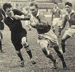 Ο Ντένις Σάτλγουωρθ με την μπάλα του ράγκμπι σε αγώνα ράγκμπι μεταξύ Στρατού - Ναυτικού