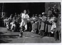 Ο Στέλιος Κυριακίδης τερματίζει πρώτος στο Μαραθώνιο της Βοστώνης, στις 20 Απριλίου 1946