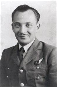 Ο Γλαύκος Κληρίδης με τη στολή της ΡΑΦ στον Β΄ Παγκόσμιο πόλεμο