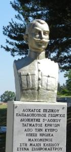Η προτομή του λοχαγού Γ. Σ. Παπαδόπουλου, με τη φράση «από την Κύπρο», στο μνημείο της μάχης του Λαχανά.