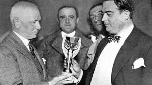Ο Jules Rimet (αριστερά) παραδίδει το τρόπαιο στον πρόεδρο της ποδοσφαιρικής ομοσπονδίας Ουρουγουάης πριν την έναρξη του Παγκ. Κυπέλλου του 1930 (STAFF/AFP/Getty Images)