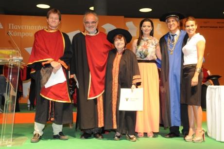 Η φωτογραφία από τις αποφοιτήσεις των μεταπτυχιακών φοιτητών της Τετάρτης, 25ης Ιουνίου. Από τα δεξιά, η Γιώτα Χρίστου, από τη γραμματεία της Σχολής Μεταπτυχιακών Σπουδών, που σήκωσε (στην κυριολεξία!) το βάρος των πτυχίων της βραδιάς, ο πρύτανης του Πανεπιστημίου Κύπρου, καθηγητής Κωνσταντίνος Χριστοφίδης, η Δόξα Κωμοδρόμου, λειτουργός στο Γραφείο Εκδηλώσεων του Πανεπιστημίου, παρουσιάστρια στις τρεις τελετές αποφοίτησης, η Νίκη Χριστοδούλου, η τελευταία απόφοιτος (με αλφαβητική σειρά) που πήρε το μεταπτυχιακό της τίτλο (με διπλωματική για το «Μαστίγιον» του Ιωάννη Περδίου), ο Π. Παπαπολυβίου και ο αναπληρωτής κοσμήτορας της Φιλοσοφικής Σχολής, αναπλ. καθηγητής Alexander Beihammer.