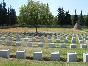 Το στρατιωτικό κοιμητήριο Δοϊράνης, στη διάρκεια εργασιών αντικατάστασης των ταφικών μνημείων πεσόντων στρατιωτών του Α΄ Παγκοσμίου πολέμου. (Η φωτογραφία λήφθηκε 27/08/2014)