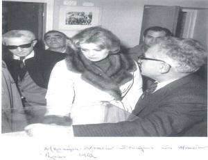 Ο Χρ. Παπαχρυσοστόμου ξεναγεί το ζεύγος Μελίνας Μερκούρη - Ζυλ Ντασσέν στο Μουσείο Αγώνος. Λευκωσία 1962