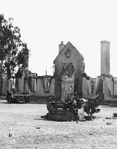 Government House after burning at the time of riot (21st Oct. 1931) Åìðñçóìüò ôïõ Êõâåñíåßïõ êáôÜ ôéò áíáôáñá÷Ýò óôéò 21 Ïêôùâñßïõ 1931